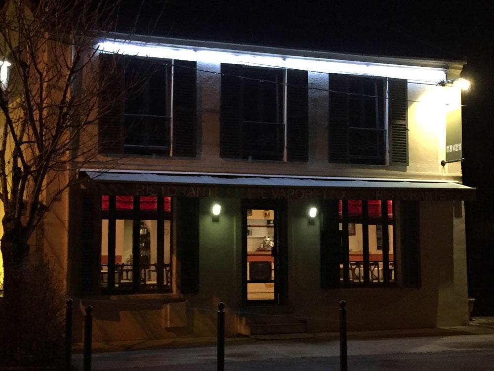 Vue de nuit de Il Vaporetto avec enseigne éclairée
