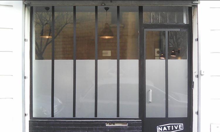 Habillage d'un studio photo type atelier industriel en adhésif teintées dans la masse