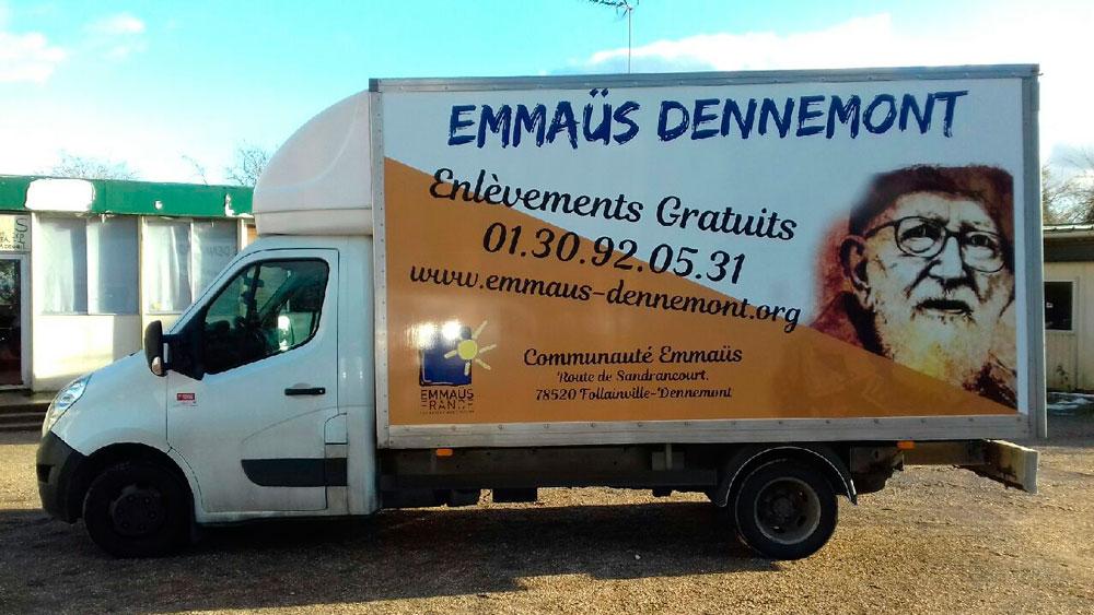 Impression d'adhésifs et pose sur un camion En covering pour EMMAUS