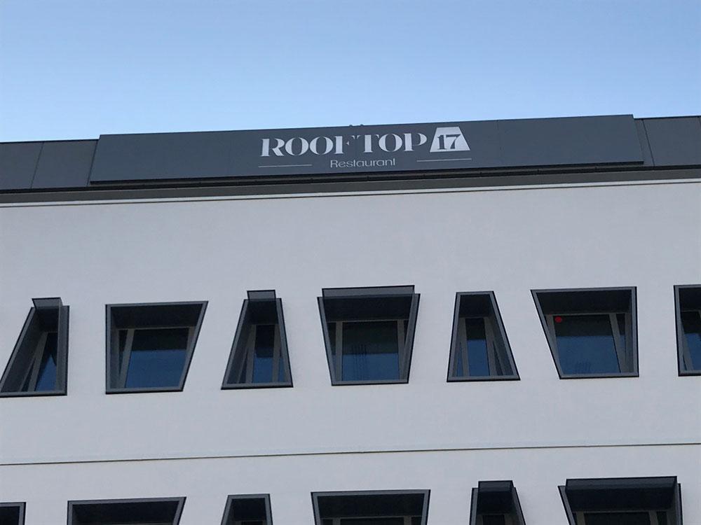 Fabrication et pose de l'enseigne par nos soins ( enseigne pignon latéral ) + enseigne façade du restaurant ROOFTOP