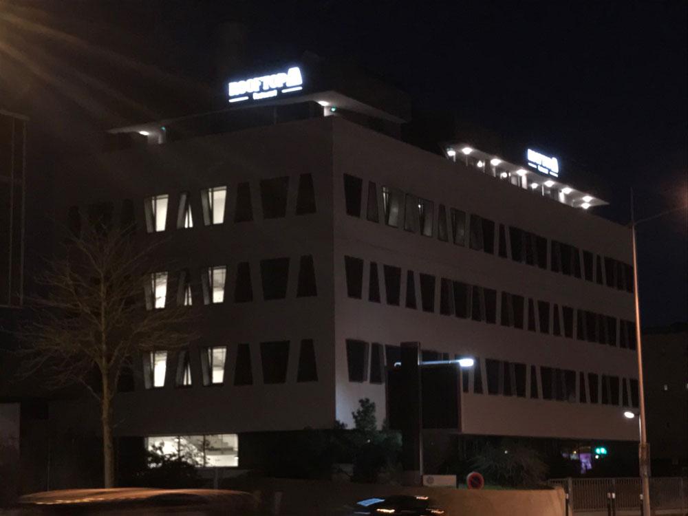 Vue de nuit, enseigne lumineuse restaurant ROOFTOP